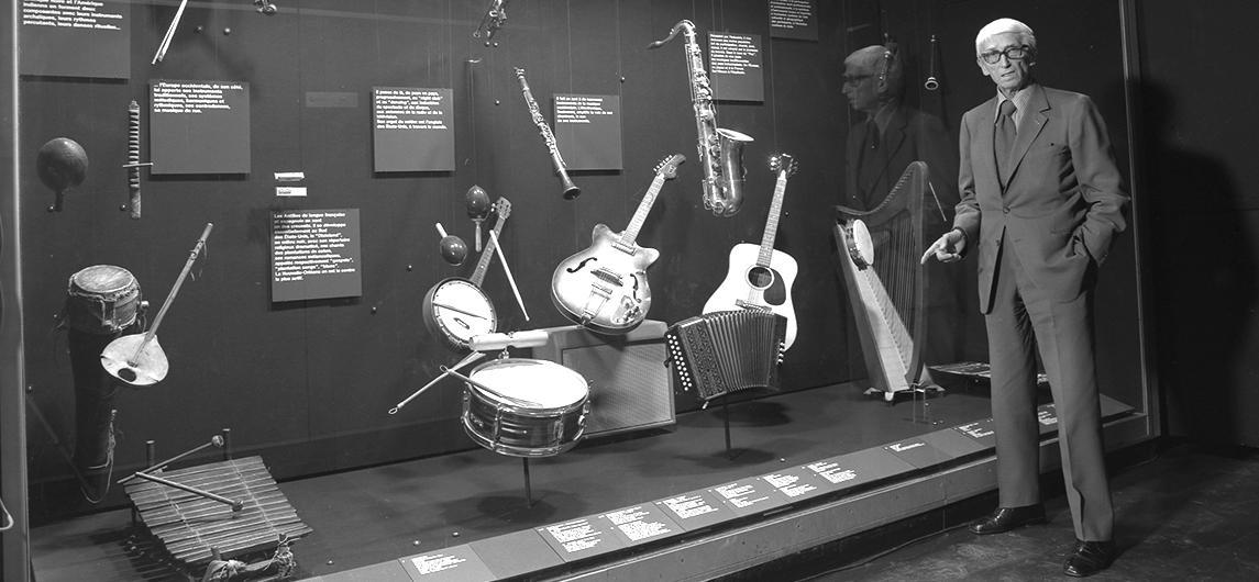 Portrait de Georges Henri Rivière devant la vitrine musique de la galerie culturelle