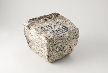 Pavé de Mai 68, granit taillé portant une inscription en noir « 25-5-1968 », Paris, fin du XXème siècle, 10,3 cm x 8,7 x 10,2 cm, 1,745 kg. Mucem, 1977.62.122, Don Rignaud, 1977 © Mucem / Marianne Kuhn