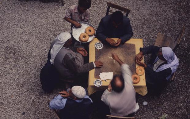 Izzet Keribar, Joueurs de dominos dans un café de plein air, Şanliurfa, Turquie, 1996—2003