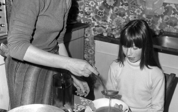 Repas dans la cuisine années 1970 © Roger Viollet