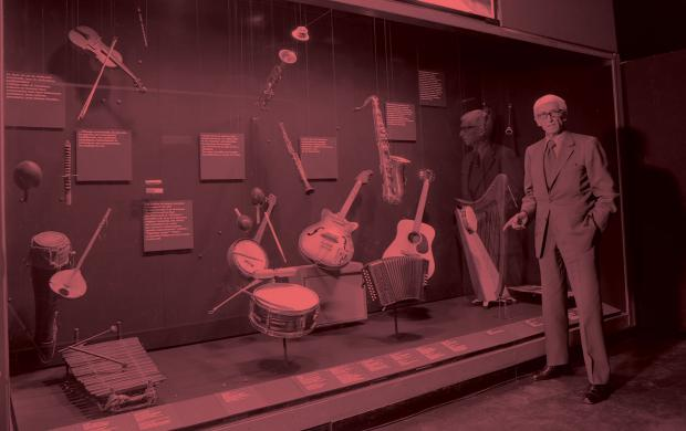 """Andre Pelle, GHR devant la vitrine """"Jazz"""" de la Galerie culturelle du musée des ATP ©Mucem"""