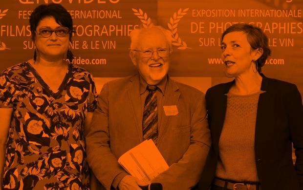 Passage de relais symbolique entre le Comité Champagne (Clothilde Chauvet, à gauche) et le Mucem (Floriane Doury, à droite) en présence du directeur du festival Œnovidéo® (Henri-Laurent Arnould), octobre 2018