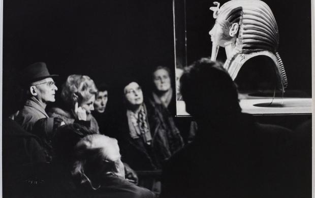 Jean Marquis, Visiteurs de l'exposition devant le masque en or de Toutankhamon, Petit Palais, Paris, 1967. Bibliothèque historique de la Ville de Paris © Jean Marquis / BHVP / Roger-Viollet