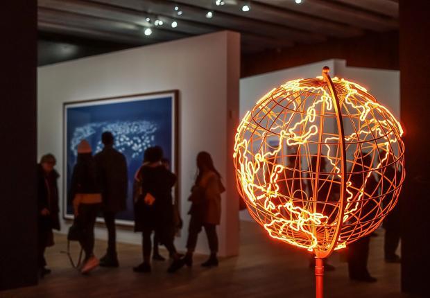 Mona Hatoum, Hot Spot (stand) (détail), 2018. Tube néon et acier, 172 × 83 × 80 © Julie Cohen, Mucem